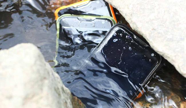 смартфон в воде