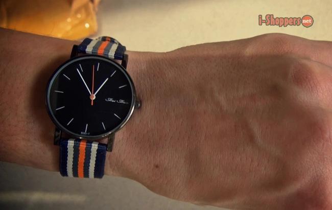 часы на руке - фото