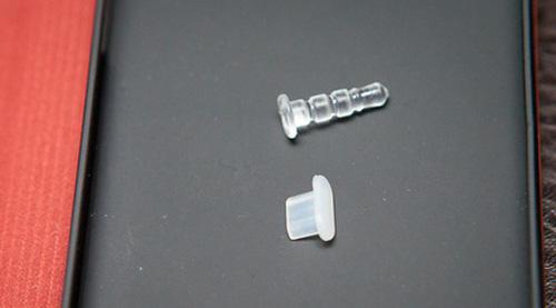 В комплекте имеются силиконовые заглушки